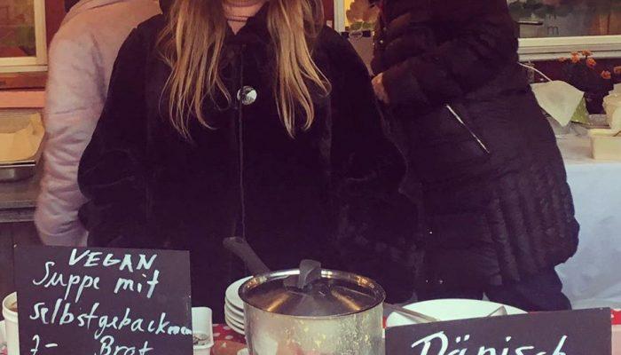 Eliza engagiert sich am kleinen Weihnachtsmarkt in Zürich Enge mit selbstgekochter veganer Suppe und Brot.