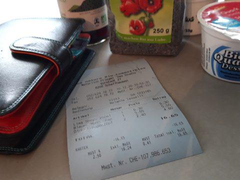 Chemiefreier Kassenzettel mit Portemonnaie und Reformhausprodukten