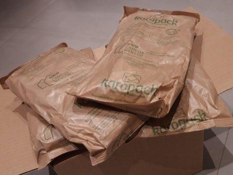 Karton mit Polsterkissen aus rezykliertem Kartonmaterial