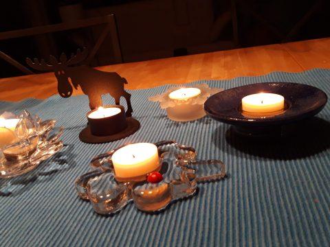 Teelichter in fünf verschiedenen Kerzenständern