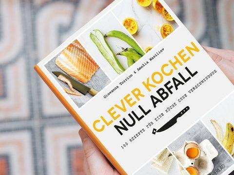 """Buch """"Clever kochen, null Abfall"""" in der Hand einer Person"""
