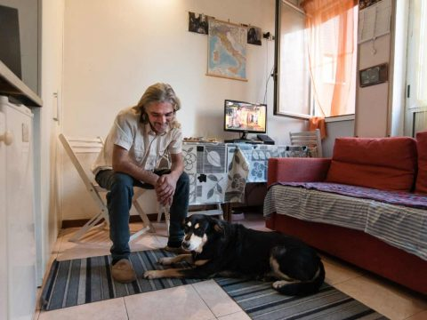 Housing first: Ehemaliger Obdachloser mit Hund in Rom