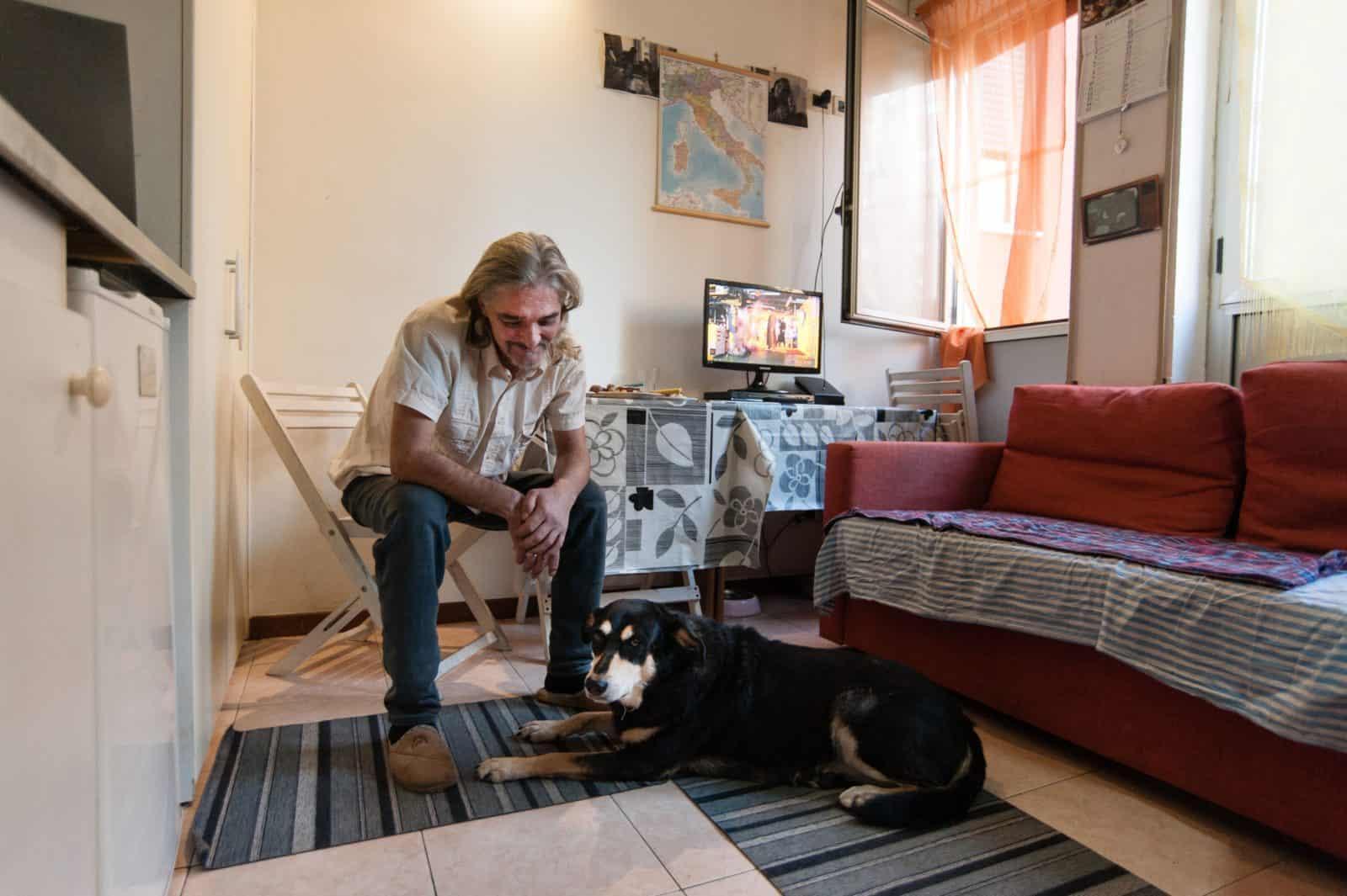 Housing first: Ehemaliger Obdachloser mit Hund in Rom