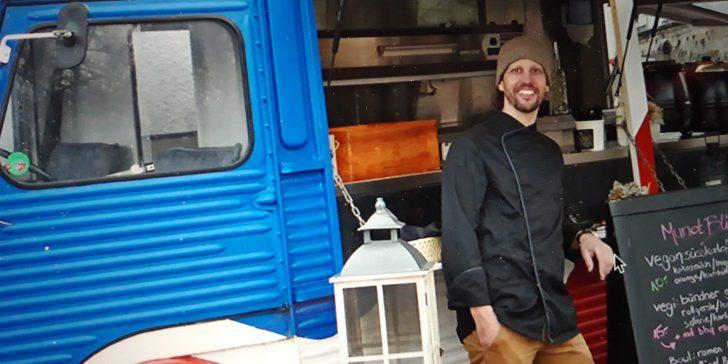 Daniel Riedener vom Restaurant Munotblick in Feuerthalen vor dem Foodtruck