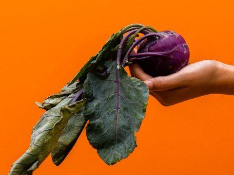 gegen Foodwaste: Kohlrabi in Hand