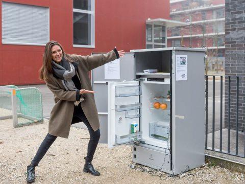 Jana Huwyler vor dem «Madame Frigo»-Kühlschrank an der Stadtluzerner Anna-Neumann-Gasse.