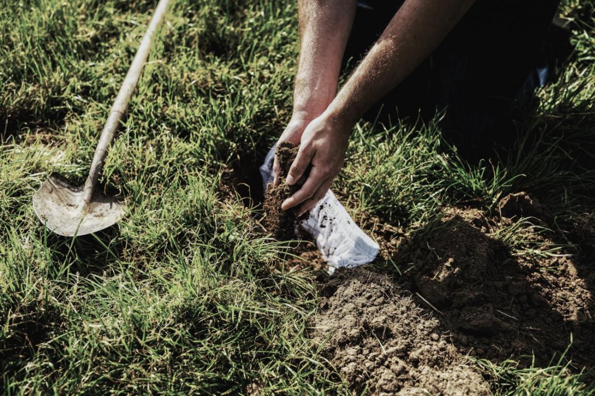 Ein Mensch vergräbt eine Unterhose