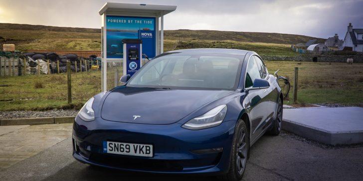 Tesla an der mit Gezeiten-Energie betriebenen Elektromobil-Tankstelle auf der Shetland-Insel Yell.