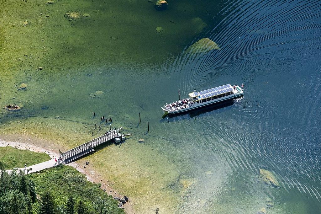Solarbetriebenes Schiff auf See kurz vor Landung an Steg