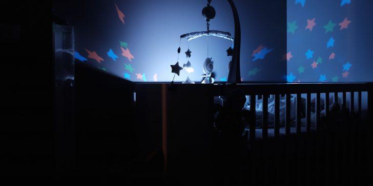 Babyzimmer im Dämmerlicht