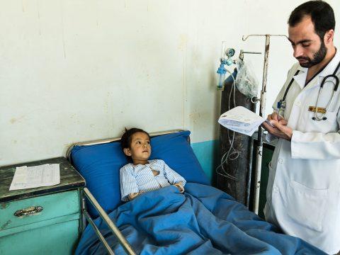 Arzt auf Visite bei Mädchen im Spital Jaghori