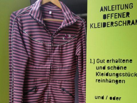 Offener Kleidertauschschrank mit Kleidern