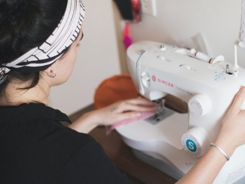 Valeriana: Arbeit für Frauen mit Migrationshintergrund. Frau an Nähmaschine.