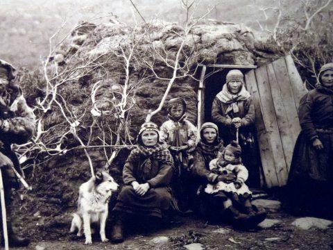 Samen vor ihrer Hütte