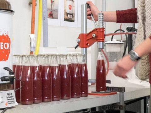 Erfrischungsgetränk Ruedi beim Verschliessen der Flaschen