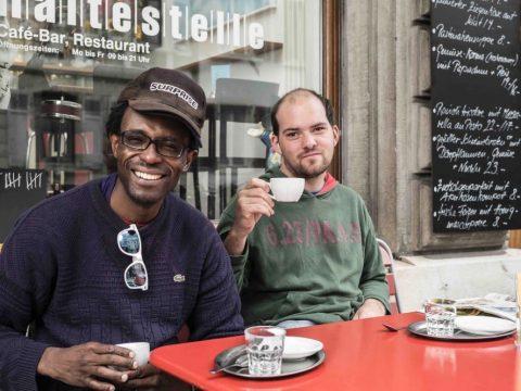 Zwei Männer trinken Kaffee.