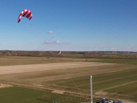 Flugwindenergie: Ein grosser Lenkdrache an einer Seilwinde fliegt über dem Land