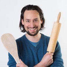 Porträt Manuel Klarmann von Eaternity mit Kochutensilien