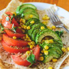 Teller mit veganem Essen: Gemüse und Fladenbrot
