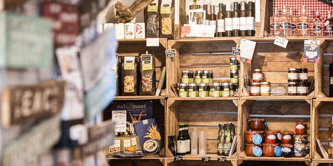 s'Fachl: Blick in das Geschäft mit Waren von Kleinstproduzenten