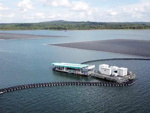 schwimmende Photovoltaik-Anlage an einem Staudamm im Nordosten Thailands