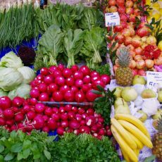 Früchte und Gemüse ohne Plastikverpackung zum Verkauf