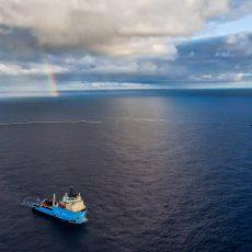 Ocean Cleanup System 002 sammelt mit Schiffen Plastik ein