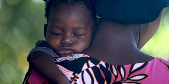 Afrikanisches Baby mit Mutter.